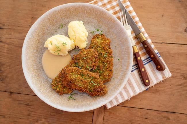 Rehschnitzel mit Pistazienpanade und Thymiansauce