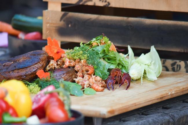 Wildschwein-Steaks mit Sumpfkrebsen