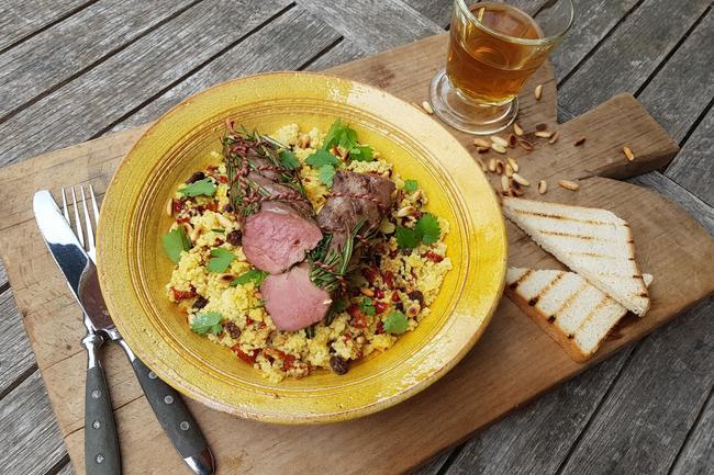 Wildschweinfilet vom Grill auf Couscoussalat