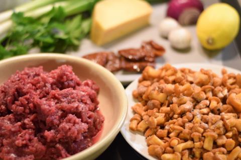 Die Zutaten für die wilden Muffins: Rehhack, Pilze, Lauch, getrocknete Tomaten, Käse, Zitrone, Zwiebel, Knoblauch, Blätterteig, Schwand, Sahne und Eier (Quelle: Kapuhs/DJV)