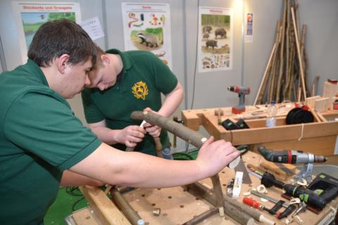 Jugendliche bei Lernort Natur: Handwerk kann Spass machen