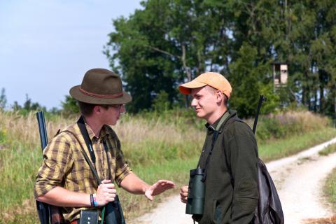 Zwei junge Jäger unterhalten sich