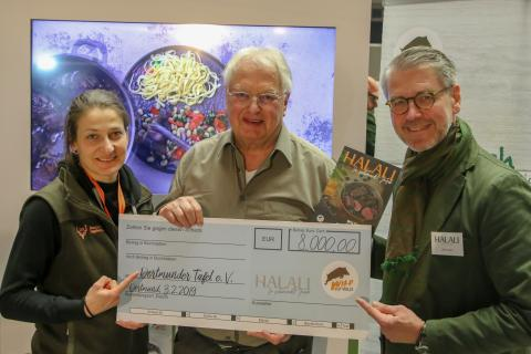 Ein voller Erfolg! Oliver Dorn (Halali Magazin) und Anna Martinsohn (DJV) überreichen der Dortmunder Tafel einen Scheck in Höhe von 8.000 Euro.