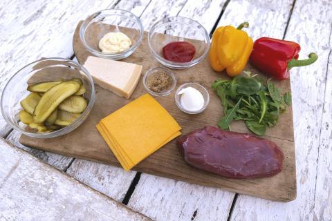 Die Hauptzutaten für das Rezept: Reh-Oberschale, Cheddar, Paprika, Baguette.  (Quelle: Dorn/DJV)