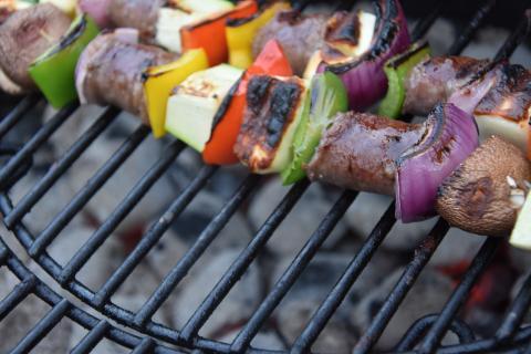 Je Seite zirka drei vier Minuten grillen. Anschließend mit Olivenöl beträufeln, salzen und pfeffern.  (Quelle: Kapuhs/DJV)