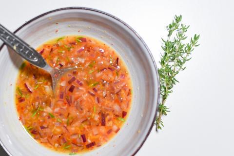 Für den Dip Öl, Orange, Ingwer, Honig, Chili und Kräuter mischen.  (Quelle: Kapuhs/DJV)