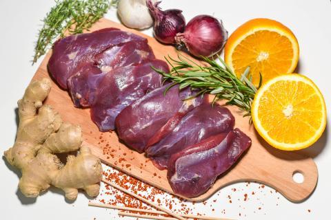 Die Hauptzutaten für das Rezept: Stockentenbrust, Orange, frische Kräuter, Chiliflocken, Ingwer und Knoblauch.  (Quelle: Kapuhs/DJV)