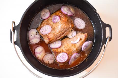 Das Wildschweinfleisch mit Salz und etwas Zucker würzen. Im DutchOven in Sonnenblumenöl rundherum anbraten. Hat das Fleisch gut Farbe genommen, den Wildfond, die klein geschnittene Zwiebel und die passierten Tomaten hinzugeben. Den Deckel verschließen und für zwei Stunden schmoren lassen. (Quelle: Kapuhs/DJV )