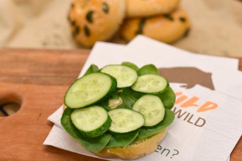 Zum Belegen den Bagel mittig aufschneiden. Die Unterseite mit Frischkäse bestreichen, dann nacheinander mitSpinat, Gurke,Fleisch und Brokkoli belegen. (Quelle: Kapuhs/DJV )