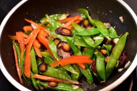 Gemüse und Knoblauch in feine Streifen schneiden, in Öl anbraten und mit Salz und Pfeffer würzen.  (Quelle: Kapuhs/DJV)