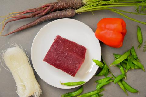 Die Hauptzutaten für das Rezept: Rotwildrücken, Paprika, Möhren, Zuckerschoten und Glasnudeln. (Quelle: Kapuhs/DJV)