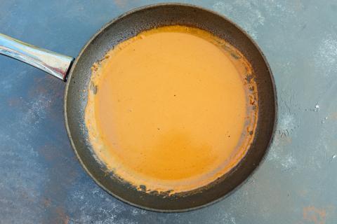 Den Bratensatz mit Sahne ablöschen, kurz aufkochen und mit Tomatenmark und Curry würzen. (Quelle: Dorn/DJV)