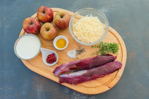 Die Hauptzutaten für das Rezept: Wildscheinfilet, Äpfel, Käse, Curry und Tomatenmark.  (Quelle: Dorn/DJV)