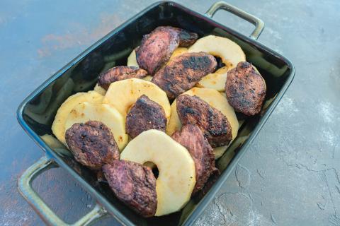 Apfelringe und Fleisch gleichmäßig verteilen. Sauce über das Fleisch gießen und zum Schluss geriebenen Käse darüber streuen.  (Quelle: Dorn/DJV)