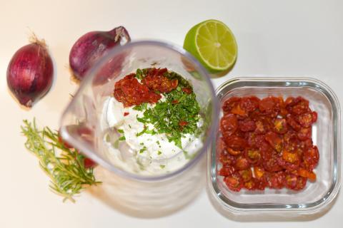 Für den Dip saure Sahne, Magerquark, Kräuter und Tomaten mischen. Mit Salz, Pfeffer und Limettensaft abschmecken.  (Quelle: Kapuhs/DJV )
