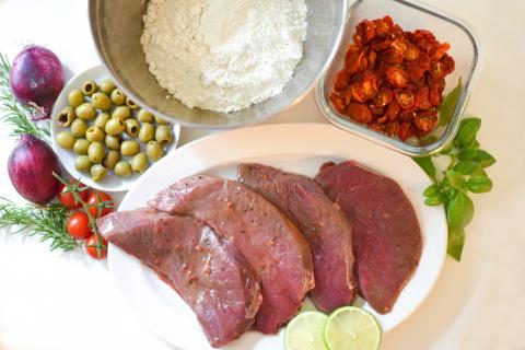 Die Hauptzutaten für das Rezept: marinierte Hirschsteaks, Mehl, getrocknete Kirschtomaten und Oliven. (Quelle: Kapuhs/DJV )