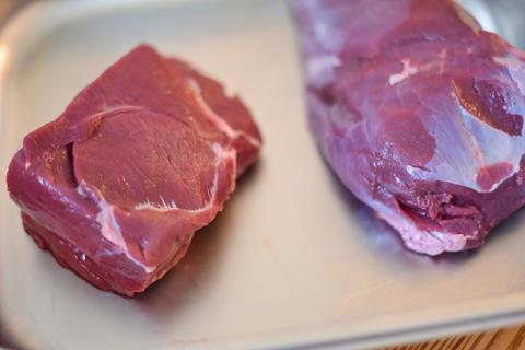 Das Fleisch portionieren. Möglichst gleich große Stücke schneiden.  (Quelle: Kapuhs/DJV)