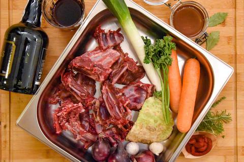 Die Hauptzutaten für das Rezept: Rehknochen, Wurzelgemüse, Zwiebeln, Knoblauch, Tomatenmark und Portwein sowie Gewürze.  (Quelle: Kapuhs/DJV)