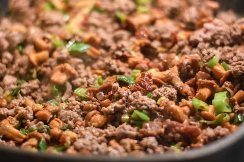 Rehhack, Zwiebeln, Lauch und Pilze separat anbraten. Anschließend vermengen und würzen (Quelle: Kapuhs/DJV)