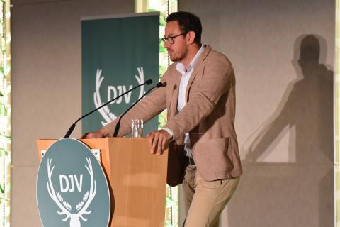 Blogger David Seitz hält Dankesrede anlässlich der Überreichung des Journalistenpreises Wildtier und Umwelt auf dem Bundesjägertag in Berlin 2019