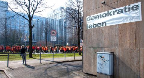 Jäger auf Ihrem Weg zum Landtag.Viele nahmen am 18.März das erste Mal an einer Demo teil.