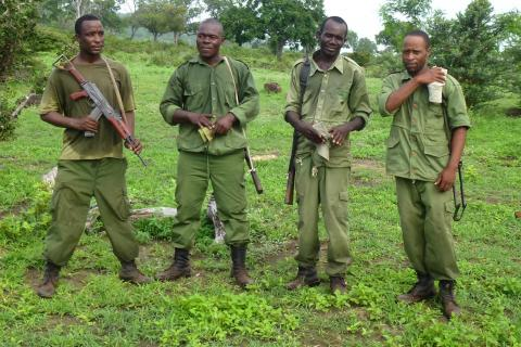 Schwer bewaffnete Wildhüter auf Patrouille für den Elefanten-Schutz im Selous-Wildtierreservat (Tansania): Nachhaltiger Jagdtourismus ist die entscheidende Finanzierungsquelle. Jedes Jahr werden Dutzende Wildhüter durch Wilderer getötet.