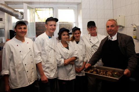 Till Backhaus und Schüler beim Kochen