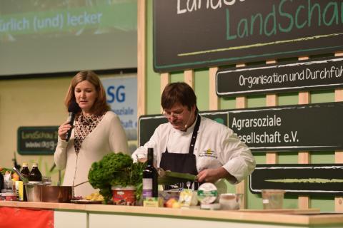 Bei Chefkoch Georg Barta kommt auf der Grünen Woche nur Wild in den Kochtopf. (Quelle: Kapuhs/DJV)