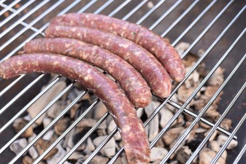 Wildwurst wie gewohnt grillen, die Hot Dog Brötchen erwärmen (Quelle: Kapuhs/DJV)