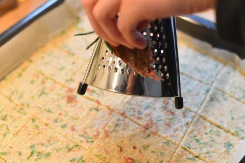 Schinken und Käse darüberreiben und weitere 60 Minuten backen.  (Quelle: Kapuhs/DJV)