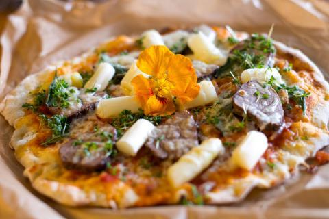 Pizza mit Wildschweinlende und Spargel