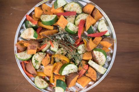 Süßkartoffeln und verschiedene Gemüsesorten würfeln und mit frischen Kräutern würzen (Quelle: Kapuhs/DJV)