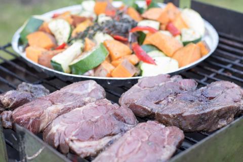 Nackensteaks und Gemüse bei direkter Hitze grillen (Quelle: Kapuhs/DJV)