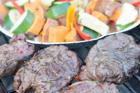 Die Steaks nach fünf Minuten, das Gemüse öfter wenden
