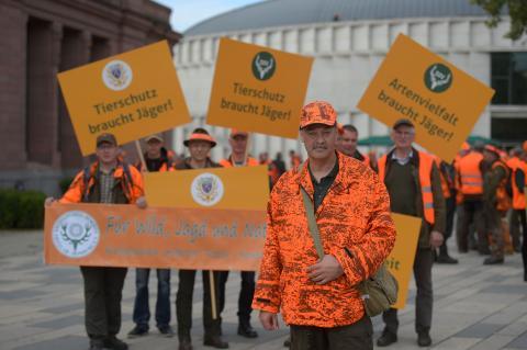 Jäger vor der Demonstration in Wiesbaden.