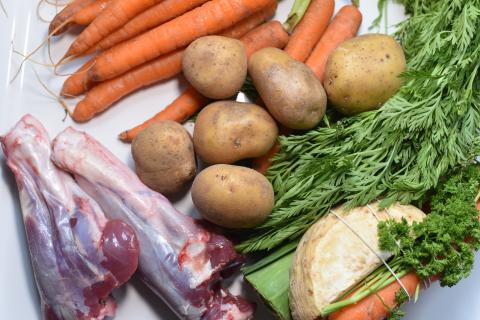 Die Hauptzutaten für den Wildeintopf: Damwildhaxen, Kartoffeln, Möhren und Suppengemüse. (Quelle: Kapuhs/DJV)