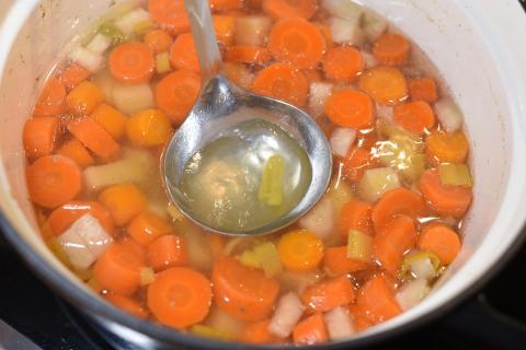 Nun das gewürfelte Wurzelgemüse für eineinhalb Stunden kochen. Anschließend etwas Flüssigkeit abschöpfen.  (Quelle: Kapuhs/DJV)