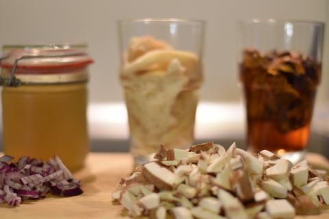 Trockenpilze in Wasser einlegen und zirka eine Stunde ziehen lassen. Brötchen vom Vortag ebenfalls in Wasser einlegen. Pilze und Zwiebel würfeln. Wildfond erwärmen.  (Quelle: Kapuhs/DJV)