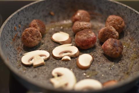 Kleine Bällchen formen und mit Pilzen anbraten.  (Quelle: Kapuhs/DJV)