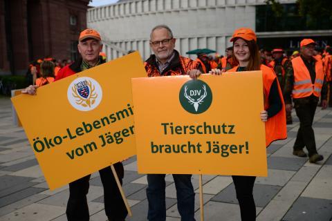 Jäger vor dem Start der Demo in Wiesbaden.