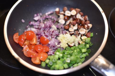 Gehackte Haselnüsse, Zwiebeln, Tomaten, Lauch und Knoblauch in Butter anbraten (Quelle: Kapuhs/DJV)