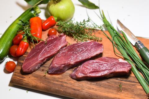 Die Hauptzutaten: Wildschwein-Steaks, Zucchini, Paprika, Tomaten, Apfel, frische Kräuter,  (Quelle: Kapuhs/DJV )