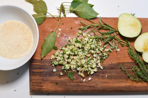 Für die Kruste: Semmelmehl, einen halben kleingehackten Apfel, Kräuter, einen Schuss Olivenöl, einen Spritzer Zitronensaft vermengen. Mit Salz und Pfeffer abschmecken.  (Quelle: Kapuhs/DJV )