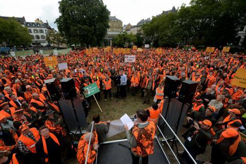 Etwa 3.500 Teilnehmer demonstrieren lautstark gegen die geplante Landesjagdverordnung.