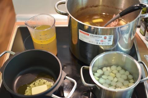 Mehl in Butter anschwitzen und mit Brühe aufgießen. Mit Weißwein, Zitrone, Salz und Pfeffer abschmecken. (Quelle: Kapuhs/DJV)