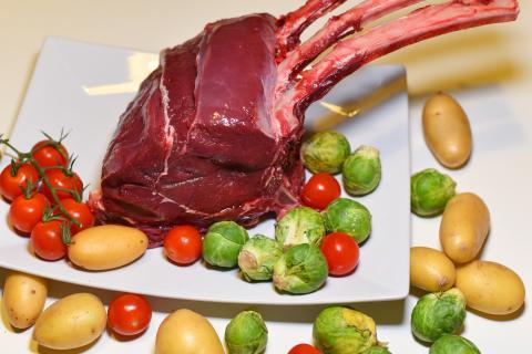 Die Hauptzutaten für das Rezept: Hirsch-Karree, Rosenkohl, Kartoffeln, Kirschtomaten. (Quelle: Kapuhs/DJV )