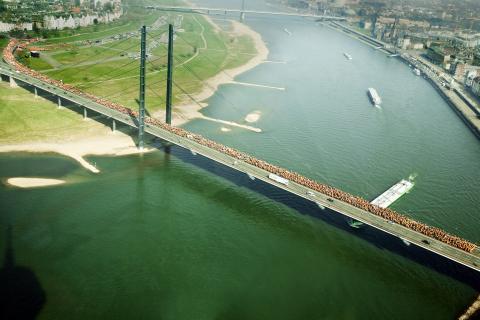 Die Rheinkniebrücke reicht nicht aus für alle Demonstranten
