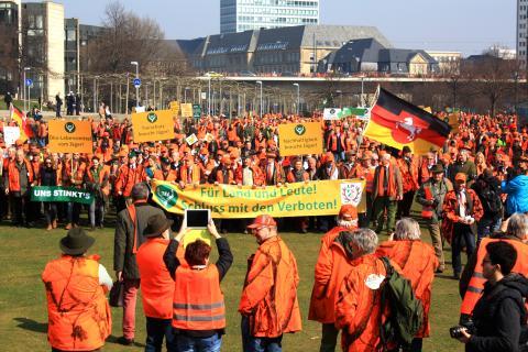 Der Protestmarsch zieht am Düsseldorfer-Landtag ein.