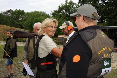 Niedersachsen Damenmannschaft, Trap, Gratulation an Inge Teuwsen (Bildmitte) und Carmen Wilshusen (rechts) zu 15 Tauben durch Schießleiter Dr. Torsten Krüger und Mannschaftsleiter Erwin Eichel.