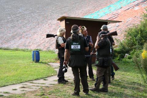 Niedersachsen Damenmannschaft, Skeet, Nach einer erfolgreichen Runde gratulieren sich die Teilnehmer.